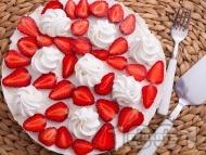 Чийзкейк с блат от натрошени бисквити и масло, кокос, течна сметана, сирене крема, украсен с ягоди и целувки